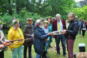 Hilde Rektorschek begrüßt den Gast aus Schweden, Johan Larsson