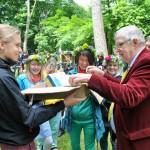 Johan Larsson überreicht ein Gastgeschenk aus Schweden an den 1. Vorsitzenden des DSFV, Lothar Hofmann